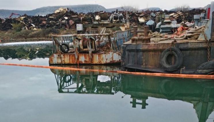 У Севастопольській бухті стався витік па…