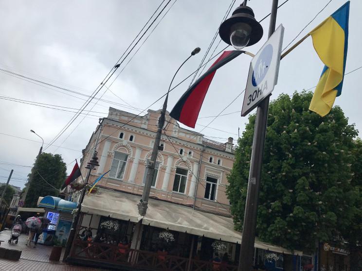 Хмельницкий одели в красно-черные флаги…