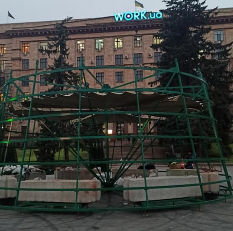 На центральной площади Днепра начали уст…
