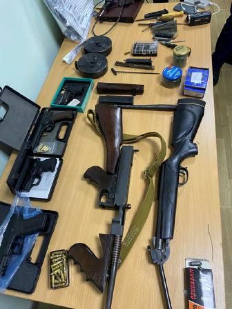 Переробляли та збували зброю: На Дніпроп…