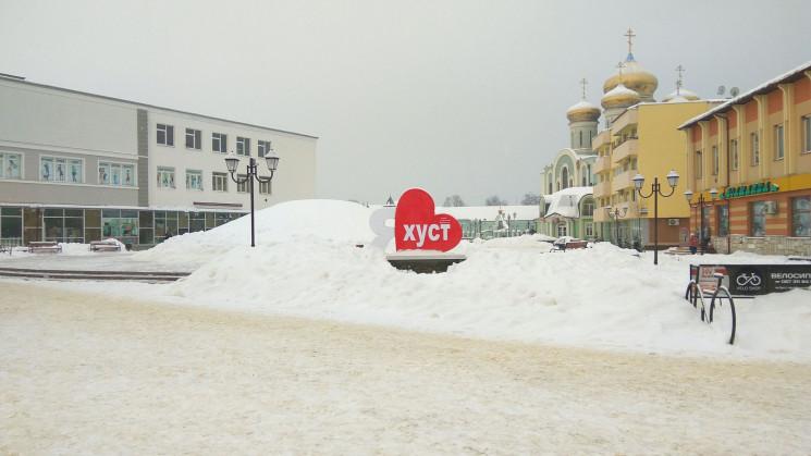 У Хусті встановили головну новорічну ялинку