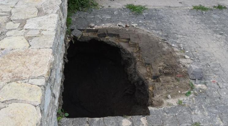 Земля из-под ног: В Каменце посреди улиц…