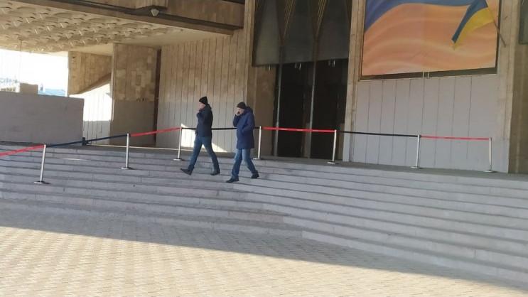 У Харкові біля оперного театру курсанти…