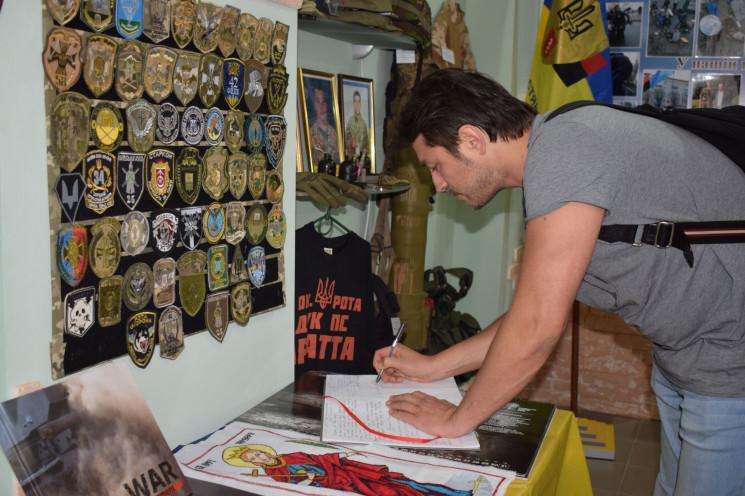 Шоумен Притула посетил музей АТО в Старо…