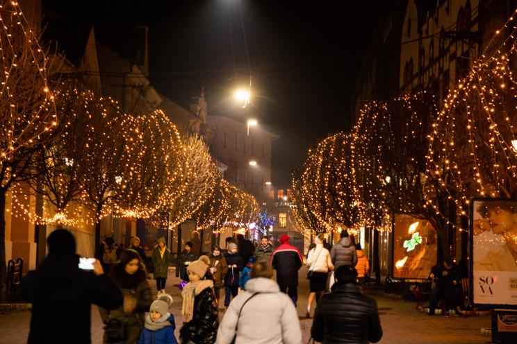 Святковий Ужгород: Як місто сяє новорічн…