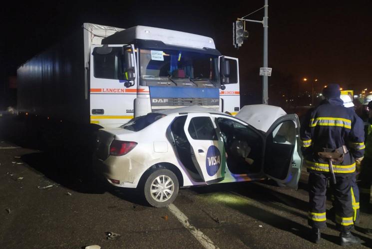 В Харькове грузовик раздавил автомобиль…