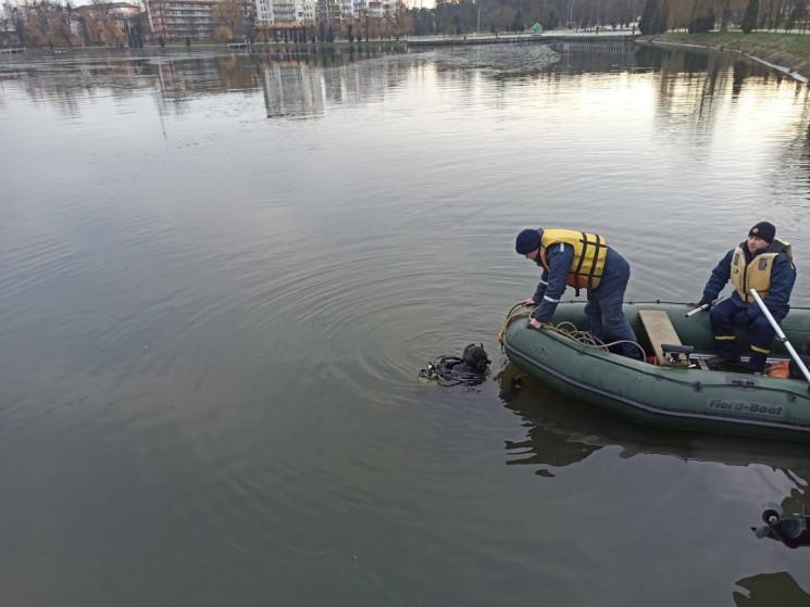 В Івано-Франківську на озері тривають по…
