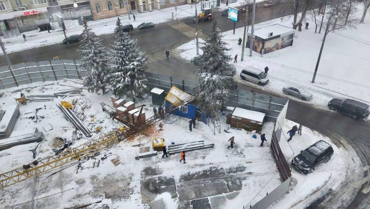 В центре Харькова строительный кран упал…