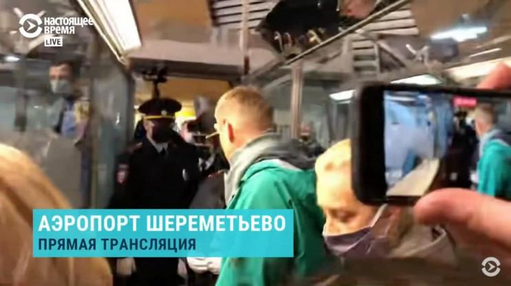 Навального затримали на паспортному конт…
