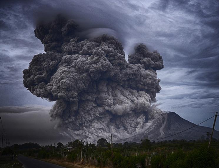 В Индонезии началось извержение вулкана:…