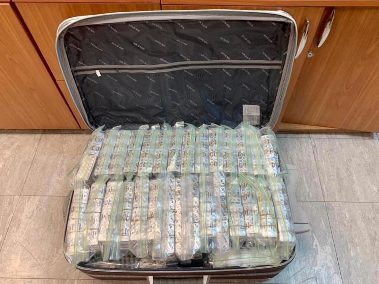 Повна валіза таблеток: Суд арештував кон…