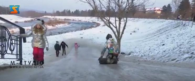 Мукачевские дети устроили себе каток…