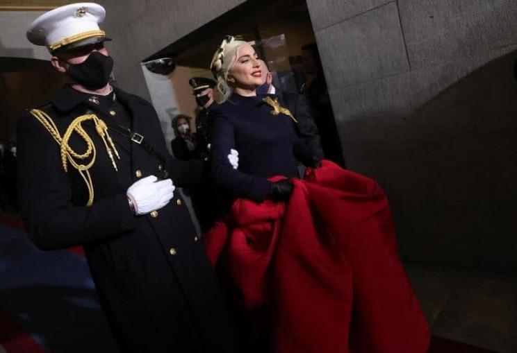 Леди Гага исполнила гимн США в роскошном…