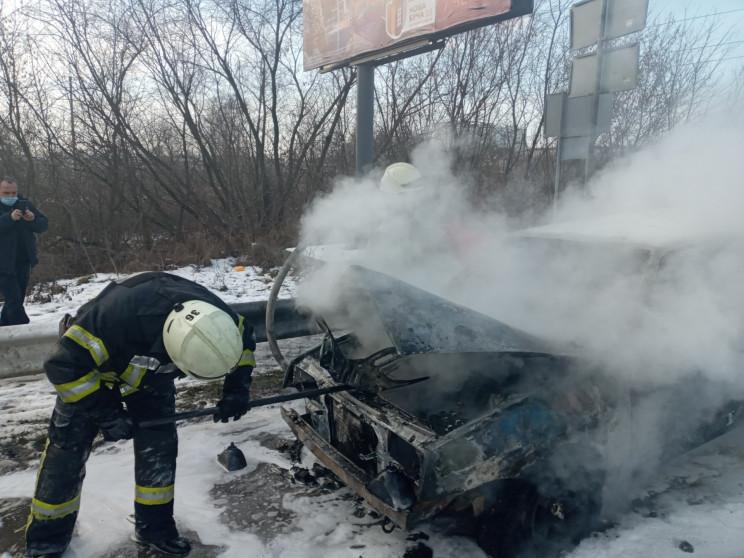 На Київщині на дорозі дотла згоріло авто…