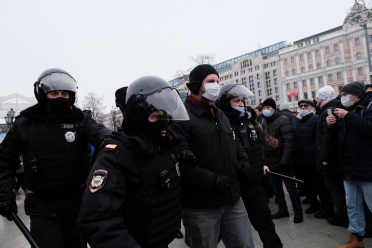 На мітингах за Навального затримали уже…