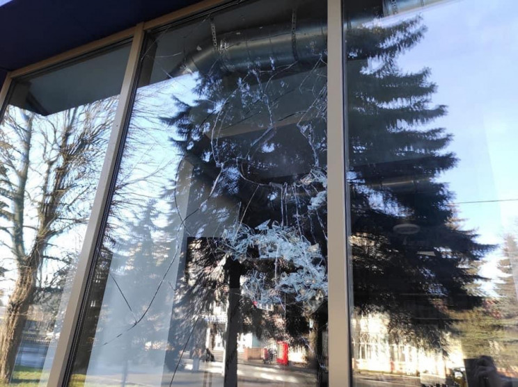 У Рівному невідомі пошкодили офіс партії…
