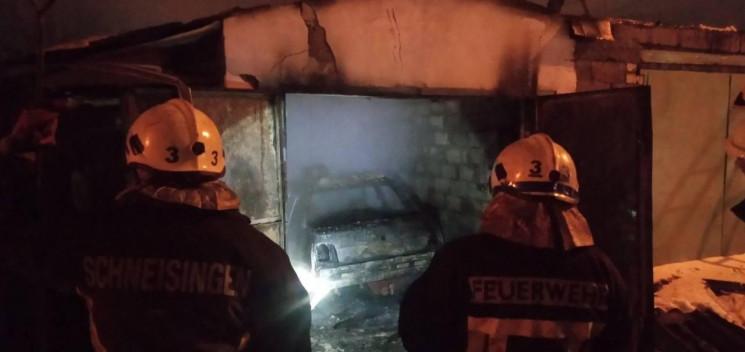 В Запорожье загорелся гараж с автомобиле…