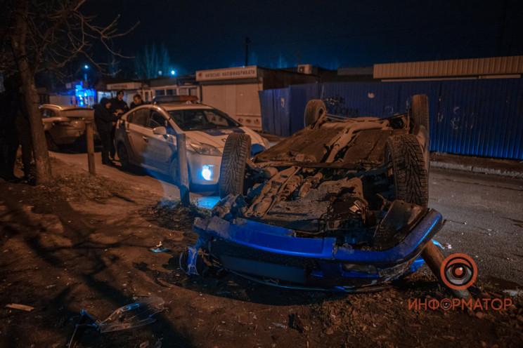 У Дніпрі автівка влетіла у стовп і перек…