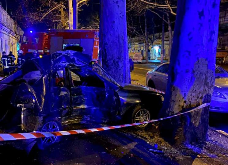 Автомобиль смят вдребезги, водитель мерт…