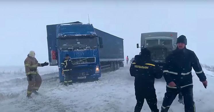 Як рятувальники борються зі сніговими на…