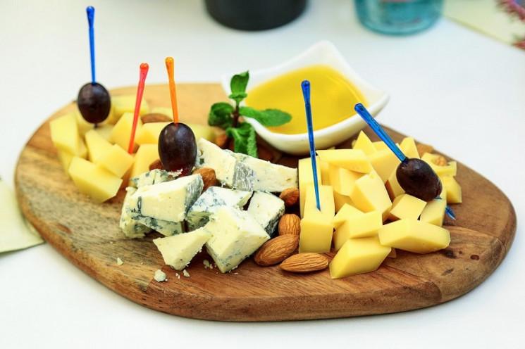 Сирна тарілка: Які види сиру і з чим кра…