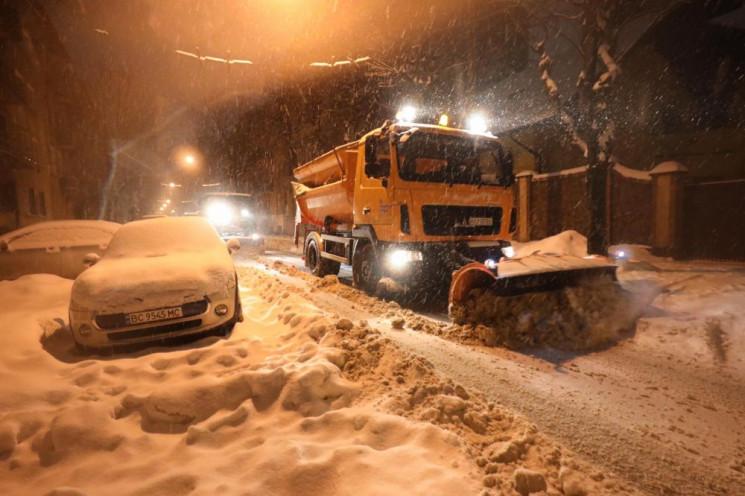 У Львові сніг прибирали 97 одиниць сніго…