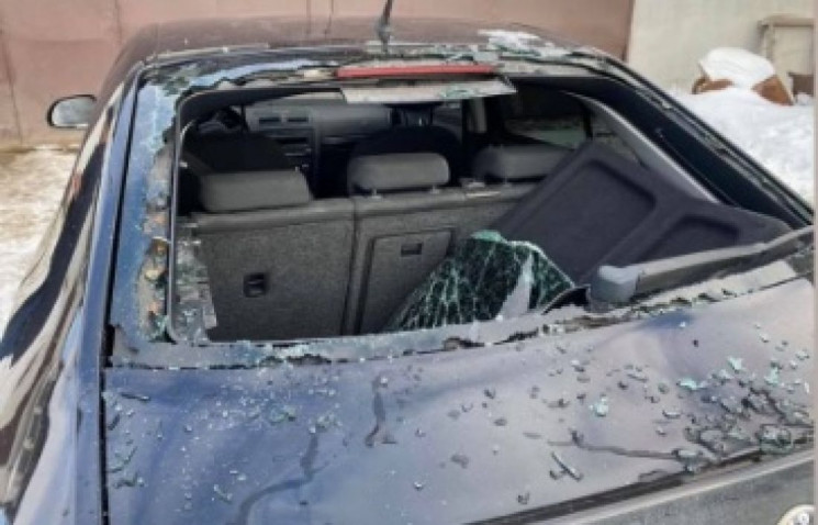 У Тернополі бурульки понівечили авто…
