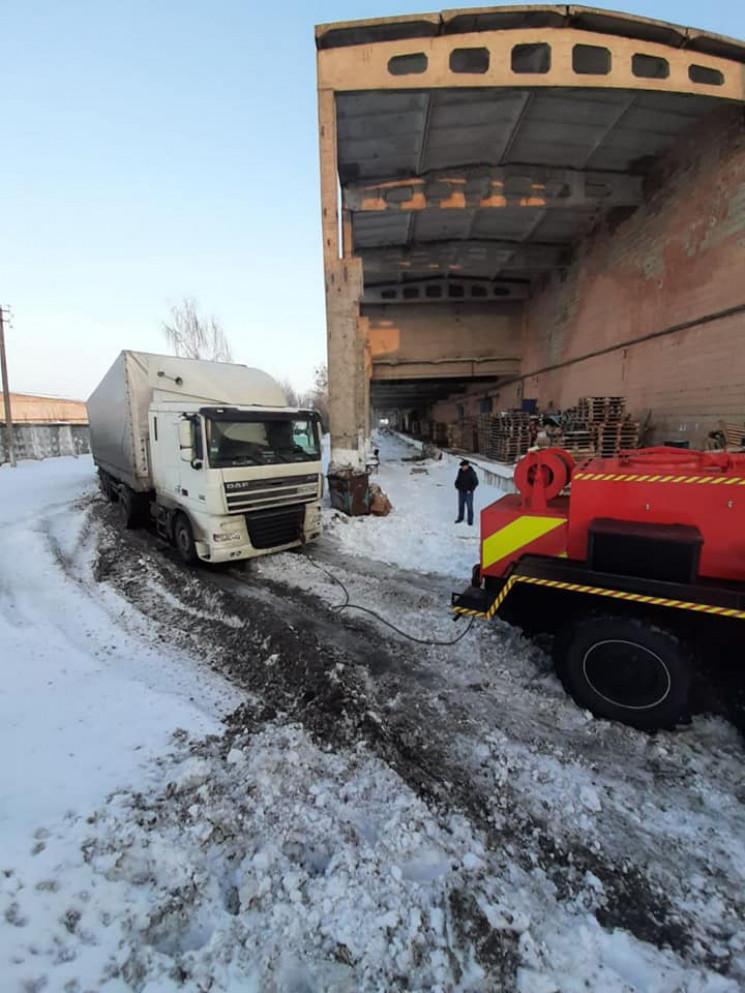 У Рівному сніг повстав проти вантажівок…