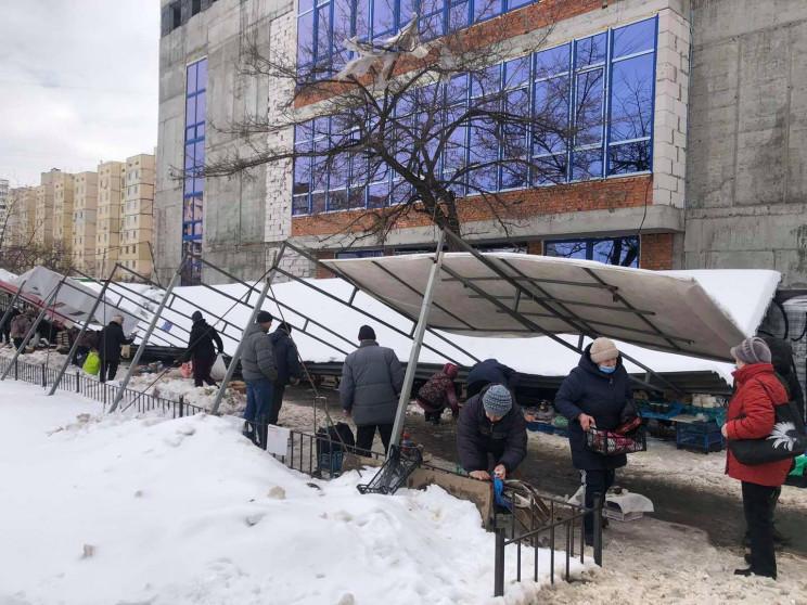 У Києві на стихійному ринку обвалилось н…