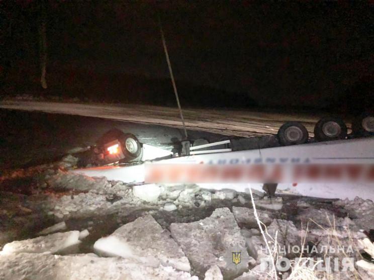 На Чернігівщині з мосту в річку впала фу…