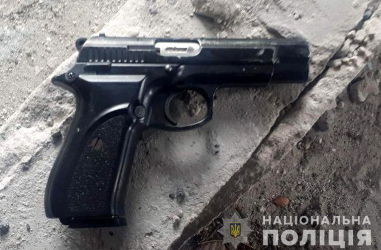 У Запоріжжі молодик із пістолетом зухвал…