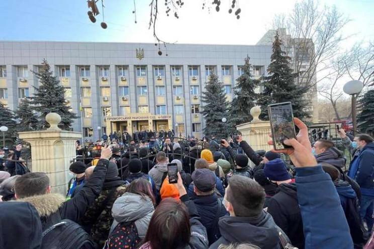 В Одесі біля Приморського суду, де оголо…