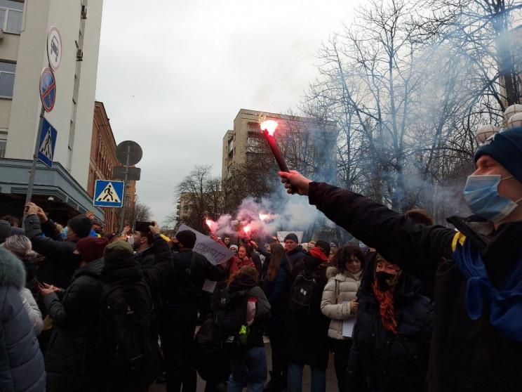 Протестующие забросали файерами ОГП и тр…