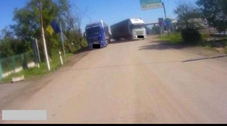 """У ПП """"Дяково"""" водій-хам на вантажівці на…"""