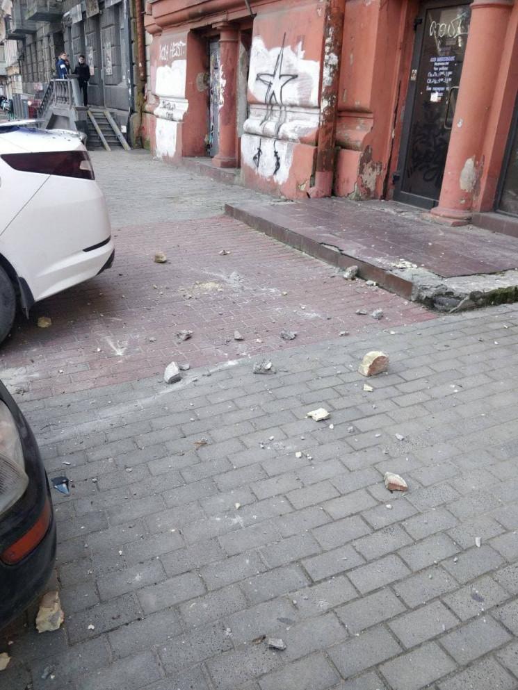 В центрі Одеси обвалився фасад, сильно п…