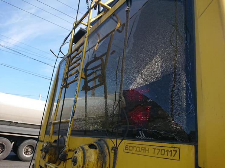 У Сумах вантажівка зачепила тролейбус пр…