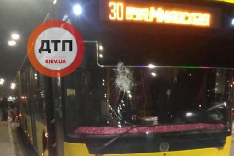 У Києві розбили вікно тролейбуса через в…