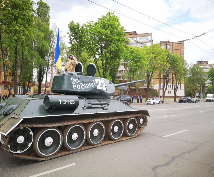 По улицам Кривого Рога проехал танк времен Второй мировой войны. Афиша Днепра