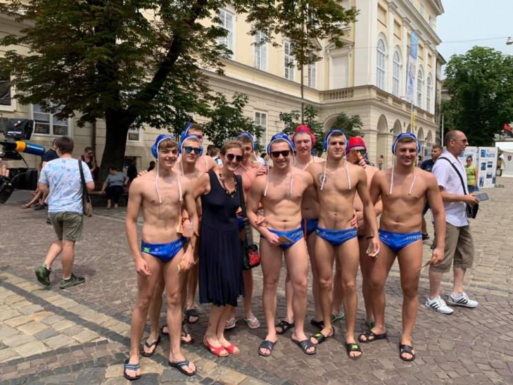 Как в центре Львова почти обнаженные муж…