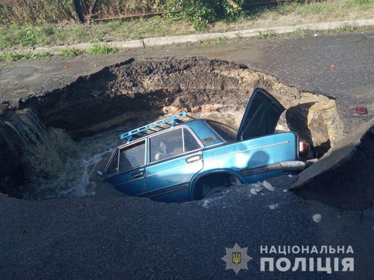 У Полтаві автівка під час руху провалила…