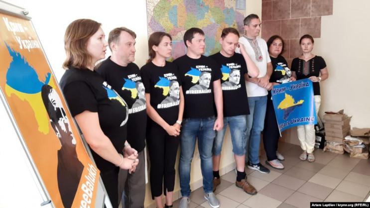 Активісти передали вишиванку онукові Бал…