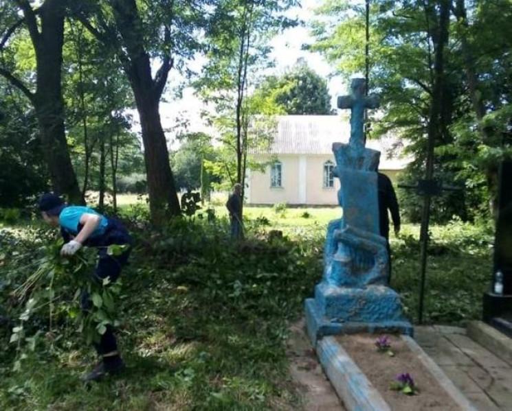 Волонтери з Польщівпорядковують могили…
