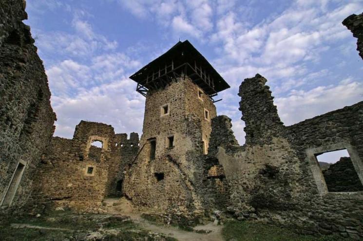 У Невицькому замку демонтують аварійну в…