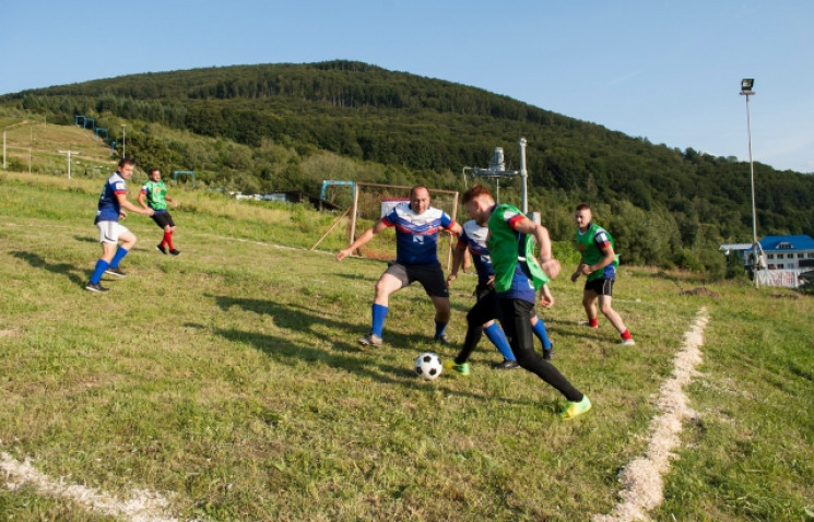 Чим жила Україна: Футбол у горах, дівчат…
