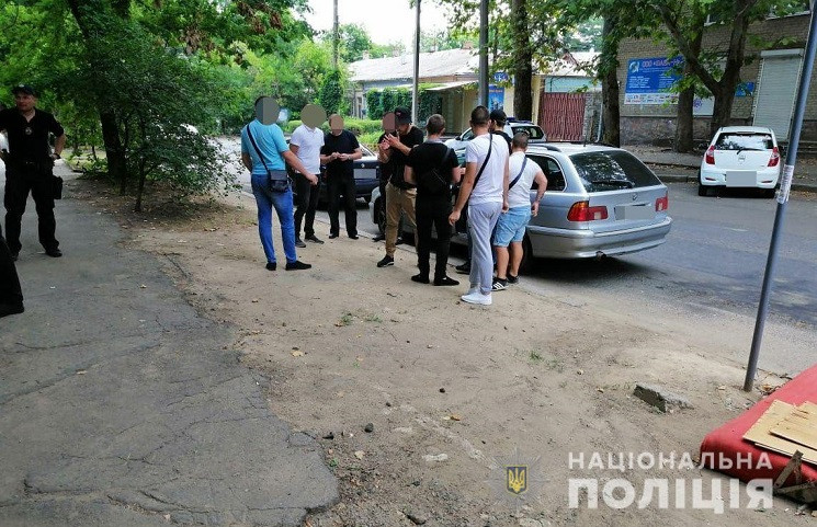 У Миколаєві біля виборчої комісії затрим…