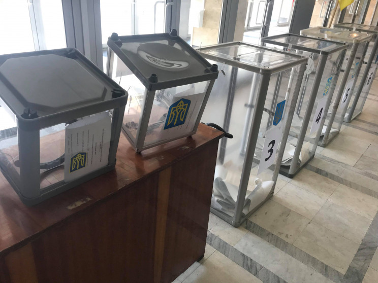 На Хмельниччині виборцям дають бюлетені…