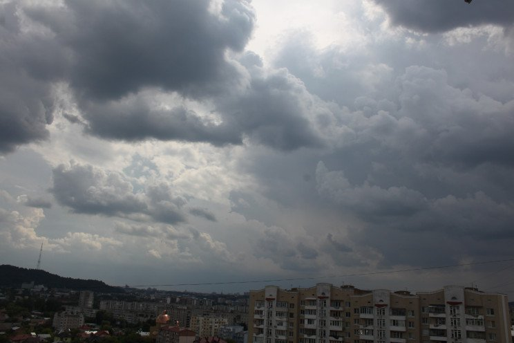 Як на Львів насувається велика чорна хма…