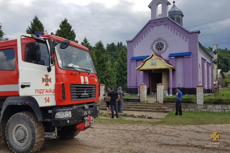 На Тернопільщині горів храм. Вогонь знищ…