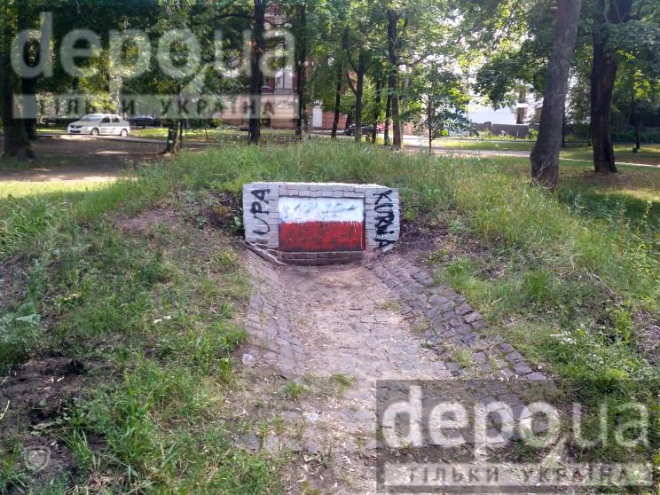 В Харькове вандалы осквернили памятник У…