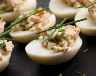 Фаршированные яйца. Рецепт праздничной з…